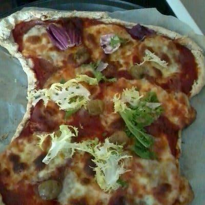 Une pizza pâte en béton